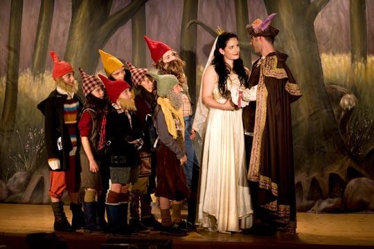 Die sieben Zwerge freuen sich, dass sich Schneewittli und Prinz Ferdinand gefunden haben.