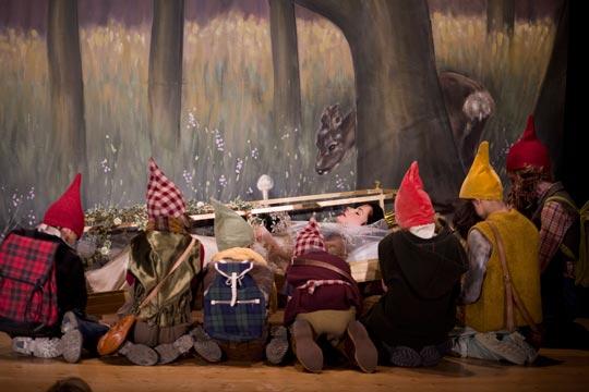 Die sieben Zwerge bewachen Schneewittlis Glassarg.