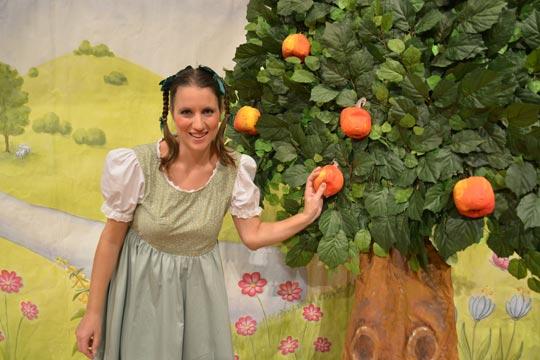 Annemarie (Dina Roos) denkt nicht daran, die Äpfel vom Baum zu schütteln, viel lieber isst sie sie auf.