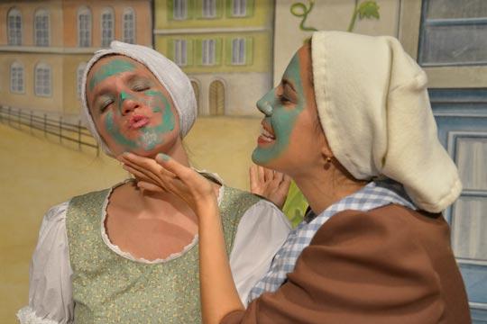 Was tut man nicht alles für die Schönheit, wenn ganz wichtige Leute zum Kafichränzli kommen? Annemarie (Dina Roos) und ihre Mutter Sabine Bluemer (Claudia Mai).