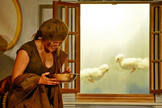 Aschenputtel (Christine Strasser) erhält Hilfe von zwei Tauben.