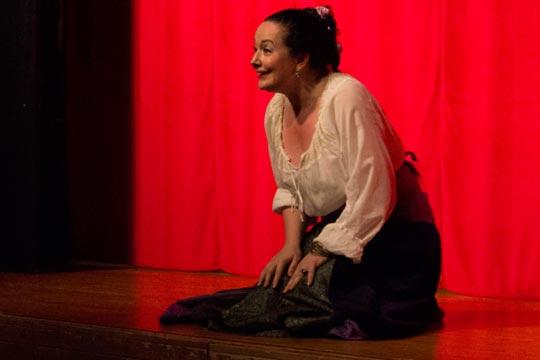 Die Chammerjungfer (Nicole Haas-Clerici) singt mit den Kindern zusammen fürs Liebespaar ein Schlaflied.