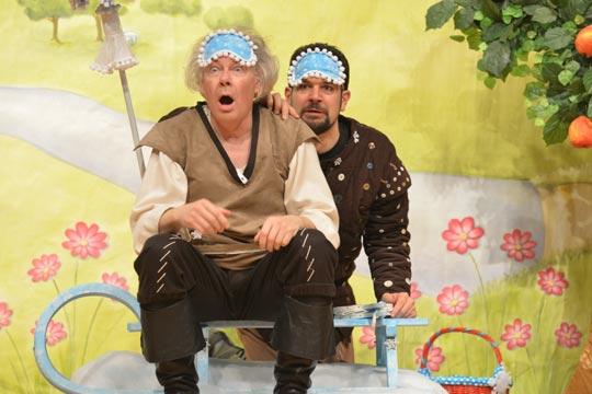 Cumulus Wulcheschlosser (Rudolf Ruch) und Sausewind Morgestärn (Lukas Fehr) wundern sich.