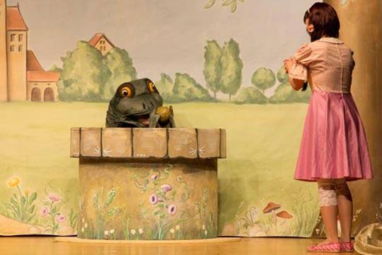 Froschkönig (Rafael Beutl) hat Prinzässli Tuusigschöns (Christine Strasser) goldene Kugel aus dem tiefen Brunnen herauf geholt.