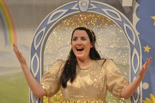 Rosmarie (Diana Spadarotto) erhält ihren verdienten Lohn und wird zur Goldmarie.
