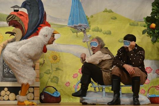 Ob der Güggerüggüggel (Ruedi Haas) es schafft, die beiden Gehilfen von Frau Holle, Cumulus Wulcheschlosser (Rudolf Ruch) und Sausewind Morgestärn (Lukas Fehr) aufzuwecken?