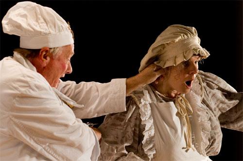 Wer nicht hören will, muss fühlen: der Oberhofkoch Fridolin (Hans-Peter Rieder) hat mit der Küchenmagd Flörli (Ulrike Cziesla) ein Hünchen zu rupfen.