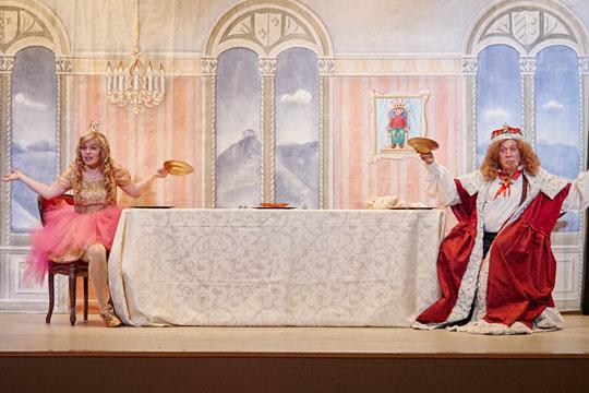 Prinzässli Abigstärn (Isabel Sulger Büel) und König Melchior XXII. (Lukas Schönenberger) haben nur leere Teller.