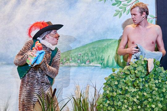Der Kater (Reto Ziegler) überzeugt Hans (Sven Geiger), dass er im See ein Bad nehmen muss.