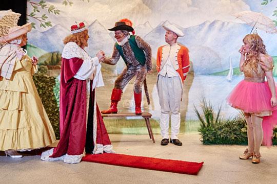 Chammerjungfere (Rosie von Holt) und König Melchior XXII. (Lukas Schönenberger) kommen herbeigeeilt, als der Kater (Reto Ziegler) um Hilfe ruft, man habe dem Grafen von Carabas alle Kleider gestohlen. Auch der Oberhof-Kutscher (Marc Hofmann) und Prinzässli Abigstärn (Isabel Sulger Büel) machen sich Sorgen um den Grafen, der draussen im See ein Bad nimmt.