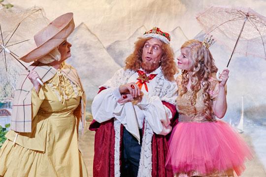 Der Chammerjungfere (Rosie von Holt), dem König Melchior XXII. (Lukas Schönenberger) und dem Prinzässli Abigstärn (Isabel Sulger Büel) gefällt es am See vom Graf von Carabas ausgezeichnet.