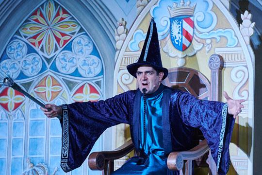 Er hält sich für den grössten und besten Zauberer der Welt: Aloisius Grimmbart (Lukas Fehr).