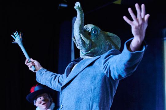 Der Zauberer als Elefant Sich in einen Elefanten zu verwandeln ist für Aloisius Grimmbart kein Problem.