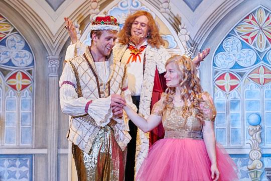 Hans (Sven Geiger) bekommt vom König Melchior XXII. (Lukas Schönenberger) die Krone und Prinzässli Abigstärn (Isabel Sulger Büel) bekommt den Hans. Und wenn sie nicht gestorben sind …