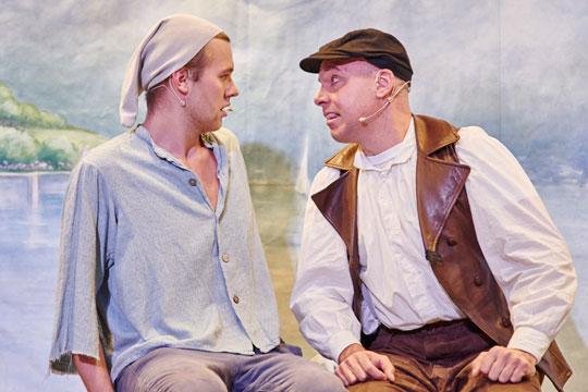 Hans (Sven Geiger) hört vom Oberhof-Schuehni (Marc Hofmann), dass er in die Fremde auswandern muss.