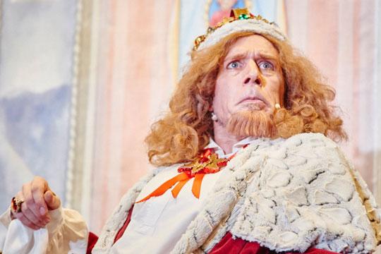 König Melchior XXII. (Lukas Schönenberger) erteilt den königlichen Befehl, ihm Rebhühner aufzutischen. Er ärgert sich, dass keiner diesem Befehl nachkommt.