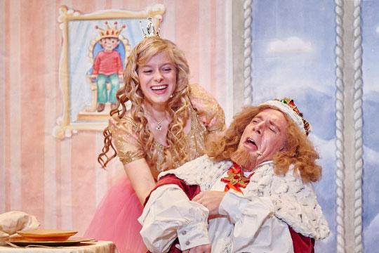 Prinzässli Abigstärn (Isabel Sulger Büel) sorgt dafür, dass ihr Papa (Lukas Schönenberger) nicht immer so ein ernstes Gesicht macht.