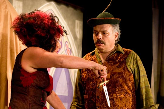 Königin Kunigunde (Anne-Marie Kuster) erteilt dem Jäger (Ruedi Haas) einen fürchterlichen Auftrag.