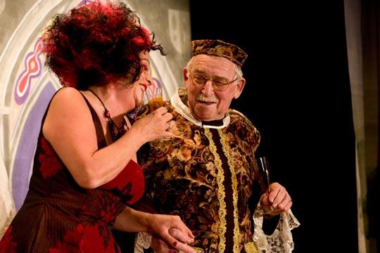 Königin Kunigunde (Anne-Marie Kuster) und ihr Schleppenträger (Viktor Maier).