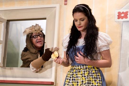 Das Hutzelwybli (Anne-Marie Kuster) schenkt Schneewittli (Christine Strasser) eine saftige Apfelhälfte.