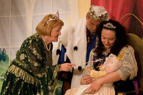 Fee Amaryllis (Margret Ronchi) überbringt Dornrösli ihre guten Wünsche.