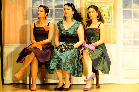 Mirabelle (Caterine Pagani), Philomena (Nicole Haas-Clerici) und Lilabelle (Leila Gisler) finden es unmöglich, dass Prinz Sigismund sie nicht beachtet.