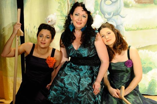 Mirabelle (Caterine Pagani), Philomena (Nicole Haas-Clerici) und Lilabelle (Leila Gisler) müssen in der Schlossküche arbeiten.