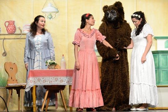 Als es Frühling wird, muss der Bär (Marc Hofmann) wieder in die Wildnis zurück. Der Abschied fällt Muetti (Nicole Haas-Clerici), Roserot (Camilla Gomes dos Santos) und Schneewiissli (Diana Spadarotto) schwer.