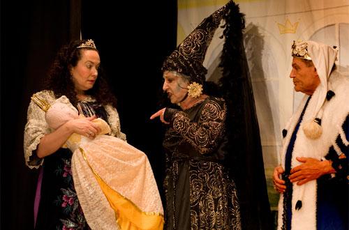 Fee Carabossa (Ruth Bannwart) rächt sich dafür, dass sie vom König Balduin (Bruno Kocher) und der Königin Amanda (Nicole Haas-Clerici) nicht zu Dornröslis Taufe eingeladen wurde.