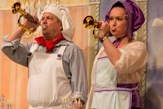 Während Chammerjungfer (Nicole Haas-Clerici) und Oberhofchoch (Beat Gärtner) zum Essen blasen,  hält sich König Gustav de Grächti (Walter Baumgartner) die Ohren zu.
