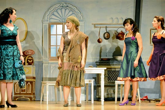 Philomena (Nicole Haas-Clerici) erlaubt nicht, dass Aschenputtel (Christine Strasser) mitkommt an den grossen Hofball. Lilabelle (Camilla Gomes dos Santos) und Mirabelle (Caterine Pagani) wundern sich sehr über sie.