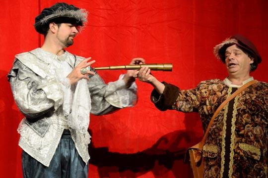 « x » Philibert (Lukas Fehr), Konrad vom Degeried (Ruedi Haas) Prinz Philibert (Lukas Fehr) verlangt von seinem Diener Konrad vom Degeried ein Fernrohr. Ob er damit endlich den rechten Weg findet?