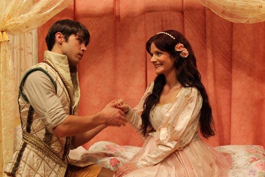 Prinz Leandros vom Nordriich (Rafael Beutl) hält um die Hand vom Prinzässli Tuusigschön (Christine Strasser) an.