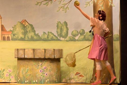 Das Spiel mit der goldenen Kugel ist Prinzässli Tuusigschöns (Christine Strasser) liebster Zeitvertrieb.