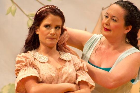 Prinzässli Tuusigschön weiss, dass Chammerjungfer Sophia vom Obersee (Nicole Haas-Clerici) um sie besorgt ist.