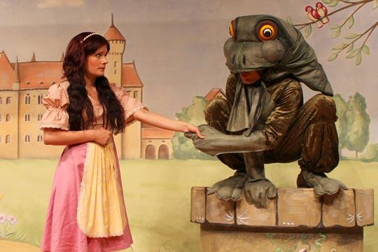 « x » Prinzässli (Christine Strasser), Froschkönig (Rafael Beutl) Prinzässli Tuusigschön (Christine Strasser) gibt dem Frosch (Rafael Beutl) ein Versprechen.