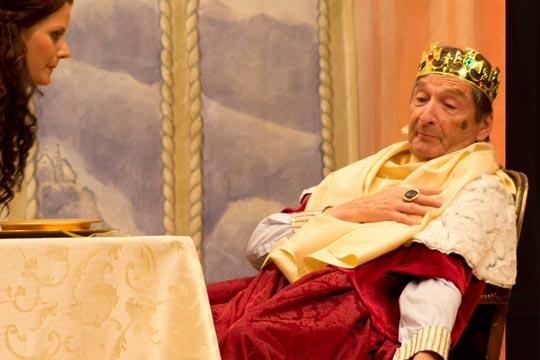 Prinzässli Tuusigschön (Christine Strasser) sorgt sich um König Gustav de Grächti (Walter Baumgartner).