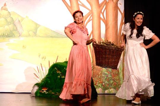 Auf dem Nachhauseweg singen Roserot (Camilla Gomes dos Santos) und Schneewiissli (Diana Spadarotto) gern ihr Lieblingslied: «Roti Rösli».