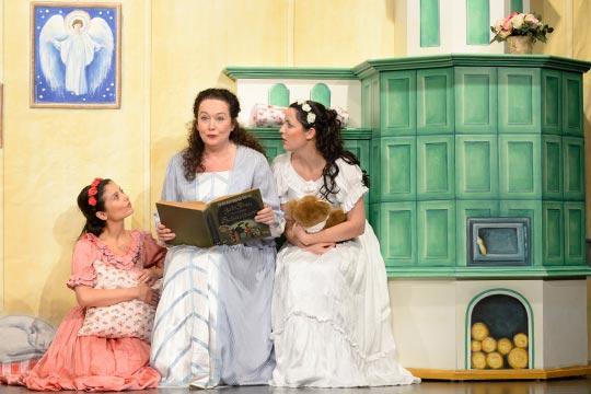 Roserot (Camilla Gomes dos Santos) und Schneewiissli (Diana Spadarotto )hören Muetti (Nicole Haas-Clerici) gut zu, als sie die Legende vom Rosenwunder erzählt.