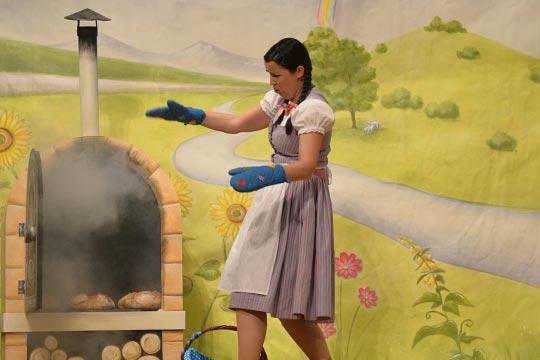 Rosmarie (Diana Spadarotto) lässt die Brote im Ofen nicht verbrennen.
