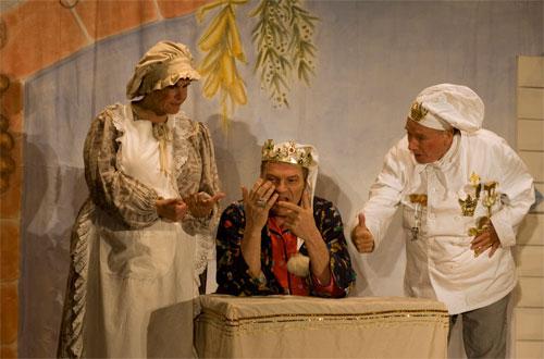 Ob die Küchenmagd Flörli (Ulrike Cziesla), der König Balduin (Bruno Kocher) und der Oberhofkoch Fridolin (Hans-Peter Rieder) wohl bis drei zählen können?