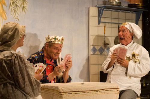 Auch Verlieren muss man können: Küchenmagd Flörli (Ulrike Cziesla), König Balduin (Bruno Kocher und der Oberhofkoch Fridolin (Hans-Peter Rieder).