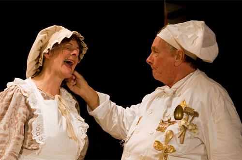 Nach 100 Jahren könnte Oberhofkoch Fridolin (Hans-Peter Rieder) das Ohr von Küchenmagd Flörli (Ulrike Cziesla) ruhig wieder loslassen.