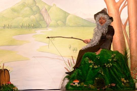 Auch Zwerg Wurzelpurzel (Vicky Papailiou) hat Hunger, er hofft auf einen guten Fang im Bach für sein Abendessen.